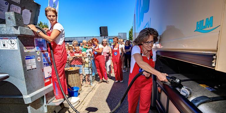 Hanneke Schmeink heeft het halve dorp enthousiast gemaakt voor het samen uitbaten van It Hasker Pompke. Er is alleen 'blauwe diesel' te koop. Hier tankt ze een bevoorradingstruck van Poiesz. Blauwe diesel - gemaakt van gebruikt frituurvet - is zeker 80 procent klimaatvriendelijker dan diesel van aardolie. FOTO NIELS DE VRIES