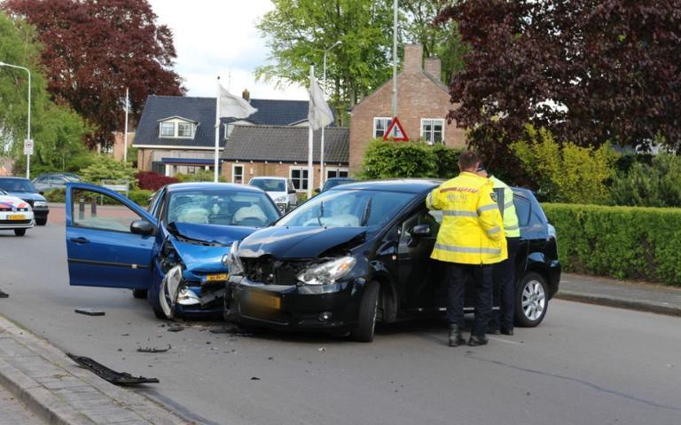Flinke schade door botsing tussen twee autos in De Westereen.