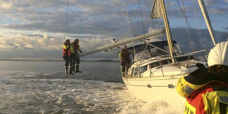 Het gebeurt geregeld dat de KNRM een hulpeloze schipper voor niks een sleepje geeft. FOTO KNRM
