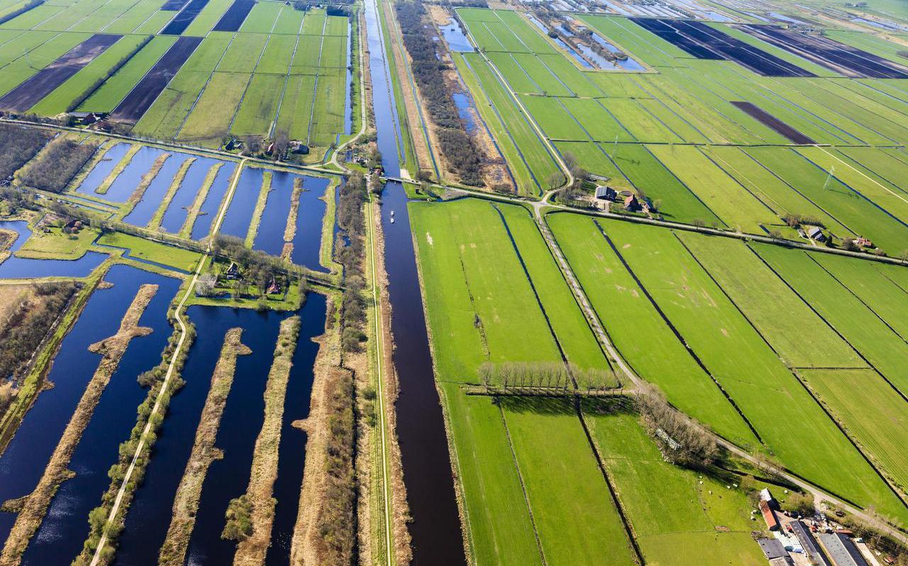 Landbouw en natuur: naaste buren aan weerszijden van de Jonkersvaart bij Nijetrijne. FOTO SIEBE SWART