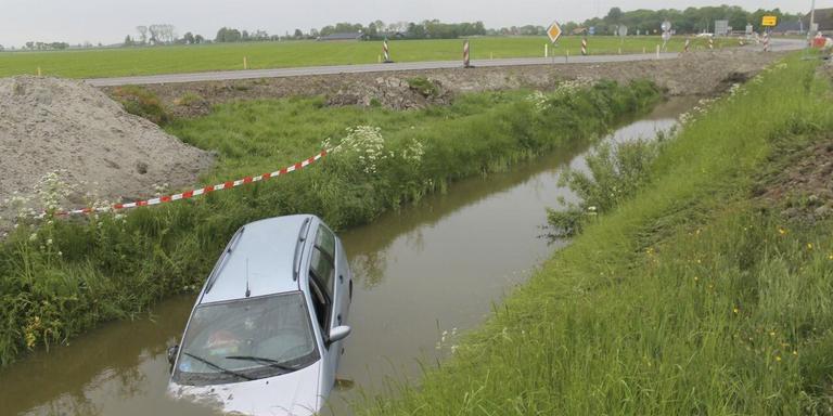 Auto in de sloot bij Dokkum. FOTO DE VRIES MEDIA
