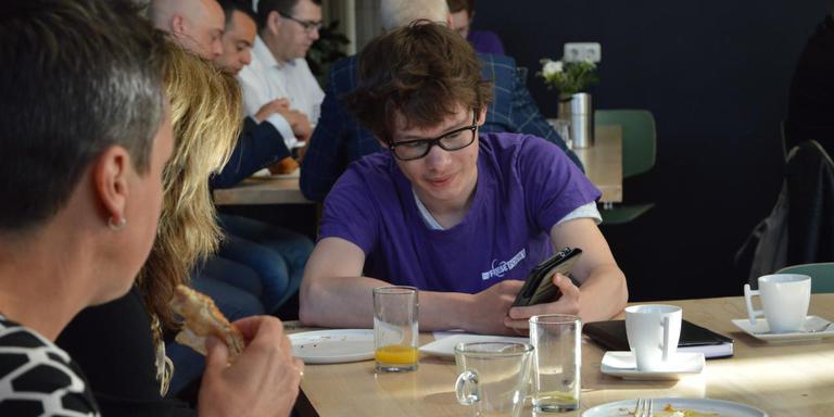 Studenten van ROC Friese Poort geven in Sneek uitleg aan ondernemers hoe ze hun telefoon moeten beveiligen.