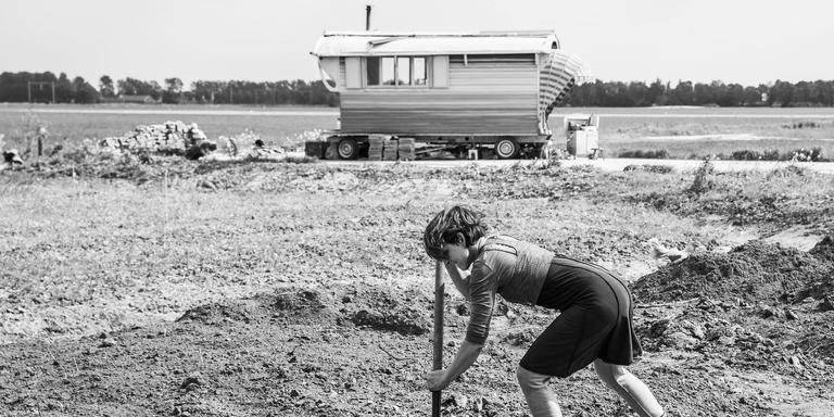 Alowieke van Beusekom-van Mulligen aan het tuinieren voor haar zelf ontworpen woonwagen. FOTO TON GROOT HAAR