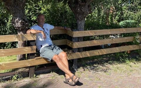 Sytze Jansma maakte hek en een bankje ineen in Snakkerburen