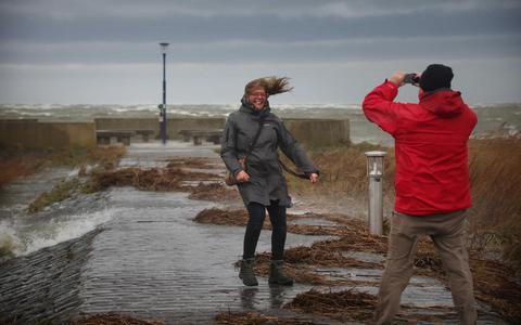 Versperde wegen en losse dakplaten: deze schade richtte storm Ciara aan in Friesland