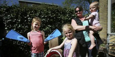 Ida Ludema met haar kleinkind Rosalyna (1,5), haar dochter Celina (5) en zoon Christiaan (8). FOTO NIELS WESTRA