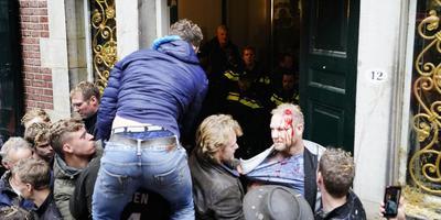 Er vloeide bloed in Groningen, nadat boze boeren met een tractor de deur van het Provinciehuis hadden opengeduwd en naar binnen wilden dringen. Een agent gaf een demonstrant een klap met de wapenstok, waardoor deze gewond raakte.