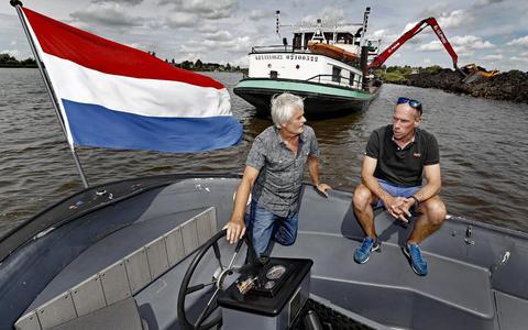 Scheidend wedstrijdleider Sicco van der Meer (links) met collega Arno Huisman.