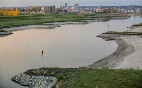 Zo bedreigt de lage waterstand in de Rijn de bouw en binnenvaart