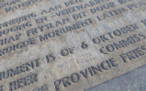 Letters 'H. Wiegel' in tekst vloer dijktempeltje Marrum uitgewist