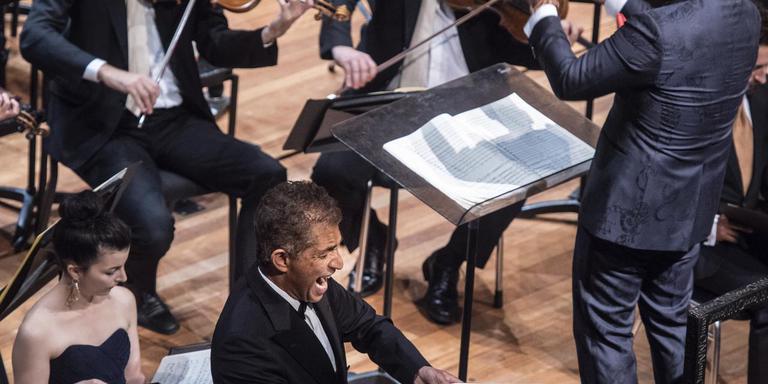 Van boven naar beneden: dirigent Jules van Hessen, LC-verslaggever Ines Jonker (midden) tijdens de repetitie, de strijkers van het NNO en bariton Frank Dolphin Wong.