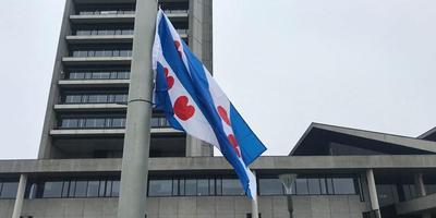 De Friese vlag wappert bij het provinciehuis in Den Bosch. FOTO OMROEP BRABANT/LINDA KOPPEJAN