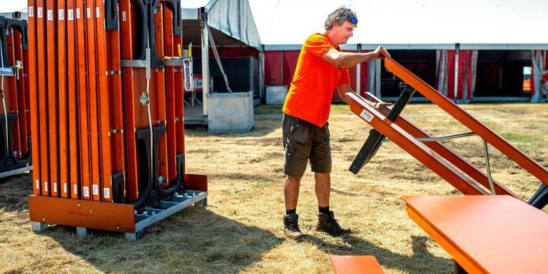Jan Feikema, voorzitter van het Veenhoop-festival, aan het werk op het festivalterrein.
