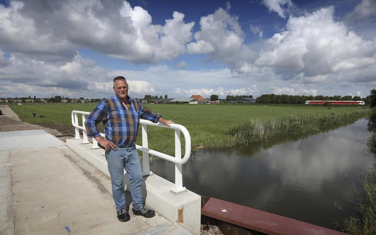 Hendrik Sijtsma op de nieuwe brug over de Achlumervaart. FOTO CATRINUS VAN DER VEEN