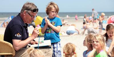 Burgemeester Albert de Hoop van Ameland leest voor op het strand van Ameland. FOTO JAN SPOELSTRA