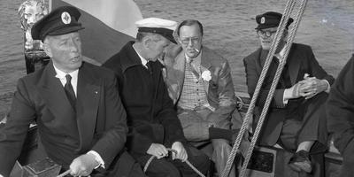 Toenmalig commissaris van de koningin Harry Linthorst Homan (rechts) samen met prins Bernhard op de Friso, in 1954 bij Grou. FOTO ACHIEF LC