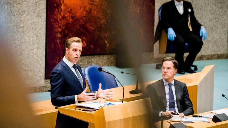 Minister Hugo de Jonge van Volksgezondheid, Welzijn en Sport (CDA) en Premier Mark Rutte tijdens het Tweede Kamerdebat over de ontwikkelingen rondom het coronavirus.