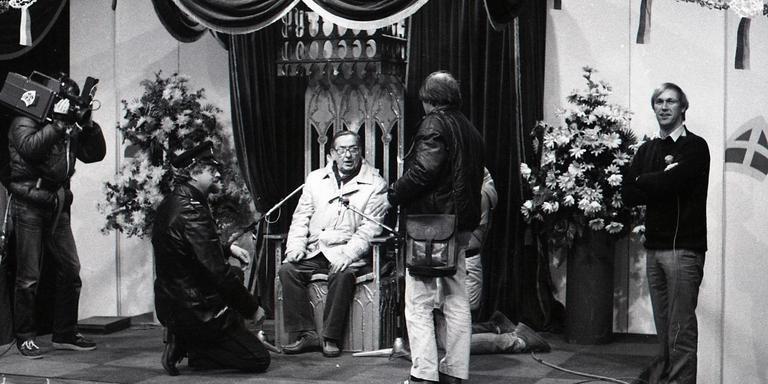 Cameratest voor de intocht van Sinterklaas op Terschelling, 1984. Helemaal rechts Edwin Rutte.