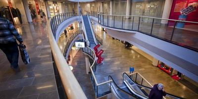 Enkele jaren geleden zat er nog enige loop in winkelcentrum Zaailand, zoals op deze archieffoto is te zien. Inmiddels is de de leegstand echter zo nijpend dat het gemeentebestuur meezoekt naar nieuwe invullingen. Friese Poort had een huurder kunnen zijn.