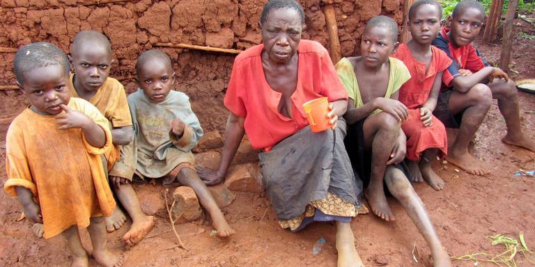 Mwendese Tapenensie (73) draagt de zorg voor zes kleinkinderen. Zij krijgt binnenkort dankzij Grannies2grannies een beter huis.