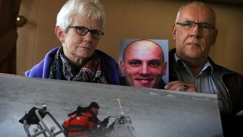 Gina en Piet Cuperus, de ouders van Sicco, met een foto van hun zoon, eind 2014. Foto Niels Westra