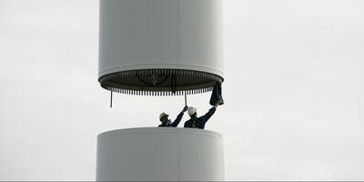 Plaatsen van windmolens langs de A31. FOTO LC/CATRINUS VAN DER VEEN