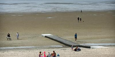 De gemeente Harlingen probeert van alles om zwemmers zo slikvrij mogelijk te laten zwemmen, zoals met een drijvende steiger waardoor badgasten verder de zee in kunnen.