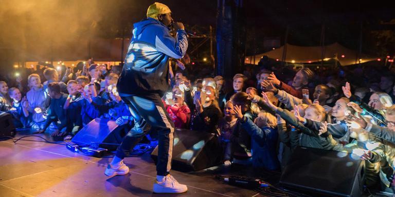 Jahmil Dapaloe, beter bekend als rapper Leafs, krijgt jong en oud in beweging tijdens zijn optreden op het Greidhoek' Festival.