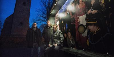 Henk Hofmann, Martin Brandsma en Henk Laanstra (vlnr.) van Portraits & Paradise naast de reusachtige fotolijst die onlangs nog op de Oldehove in Leeuwarden stond. FOTO MARCEL VAN KAMMEN