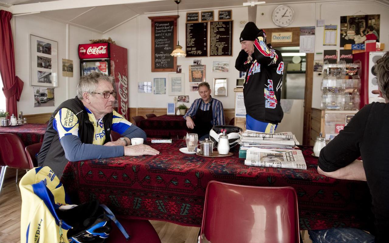 Wielrenners drinken een kopje koffie in café Blauwe Tent. FOTO HOGE NOORDEN/JACOB VAN ESSEN