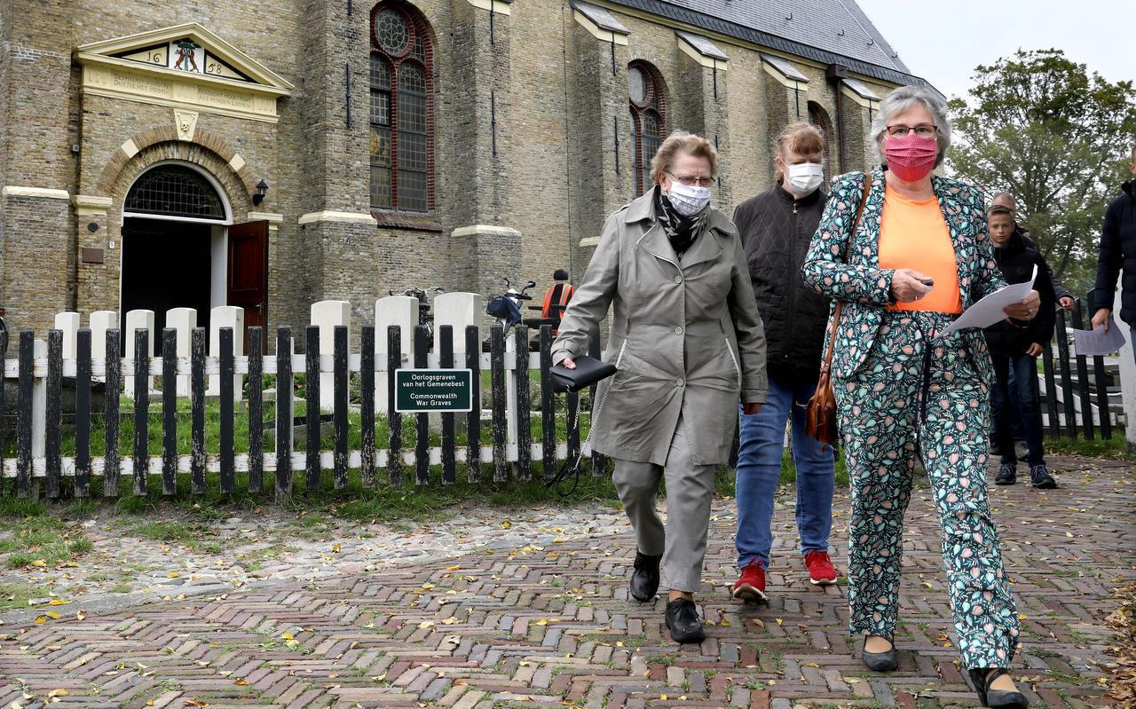 Corrie Gerlsma, Jantsje Gerlsma en Janny Zweed (v.l.n.r.) gaan naar hun auto. Op de startzondag hield de PKN-gemeente van Hindeloopen een autopuzzeltocht door de natuur.