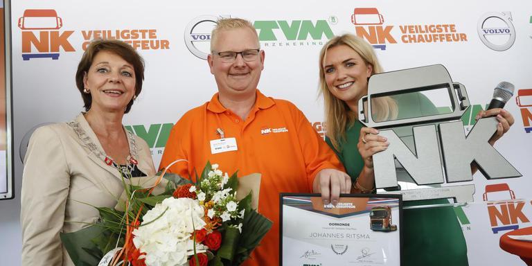 Johannes Ritsma wint de prijs voor veiligste chauffeur van Nederland. Links burgemeester van Helmond en rechts presentatrice Laurien Verstraten. Foto TVM