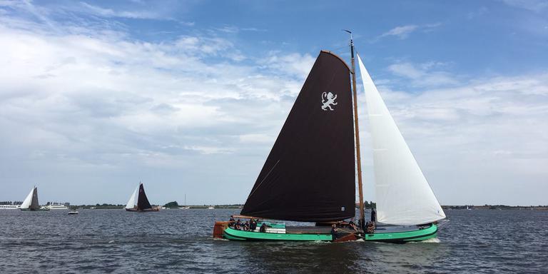 Het Leeuwarder skûtsje triomfeert bij Langweer FOTO LC