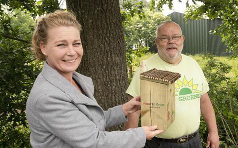 Raadsleden Gryte Schaafstal en Johan Lammering hingen eerder dit jaar zelf maar nestkastjes op tegen de eikenprocessierups, nadat ze de rest van de gemeenteraad niet meekregen in dit plannetje.