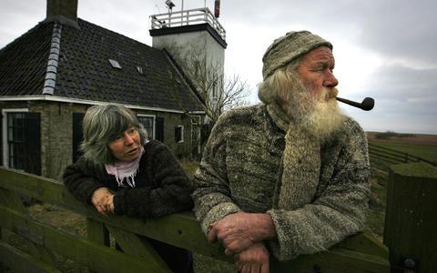 Reid de Jong met zijn partner bij hun vuurtoren Tointsje Leech in Workum in 2009. De oprichter van de Strontrace overleed in november 2020.