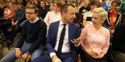 Sander de Rouwe en Marijke Roskam tussen de gymnasiasten van Beyers Naudé. FOTO NIELS WESTRA