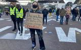 Demonstranten 'slaan alarm' over klimaat: 'Ik ben vaak gedeprimeerd, ook omdat er nog steeds politici de klimaatcrisis ontkennen'