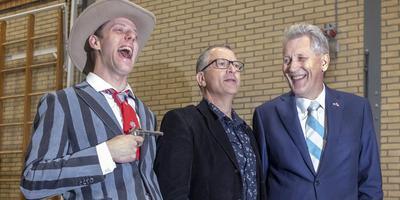 Dirk Scheringa (r) op bezoek bij de repetitie van de musical Dikkie de Kid met zijn alter ego David Sealtiel (l) en regisseur Marc Smit.