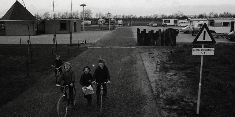 Kinderen op het woonwagencentrum bij Drachtstercompagnie, 1976. FOTO ARCHIEF LC