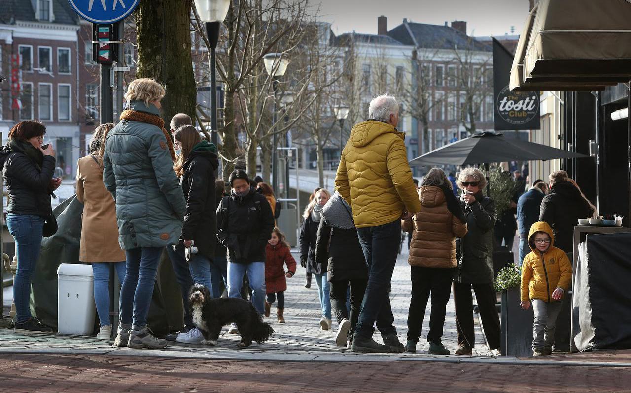 Drukte op de hoek Nieuwestad - Sint Jacobsstraat afgelopen weekend. De koffie die er verkrijgbaar is, wordt ter plaatse genuttigd.