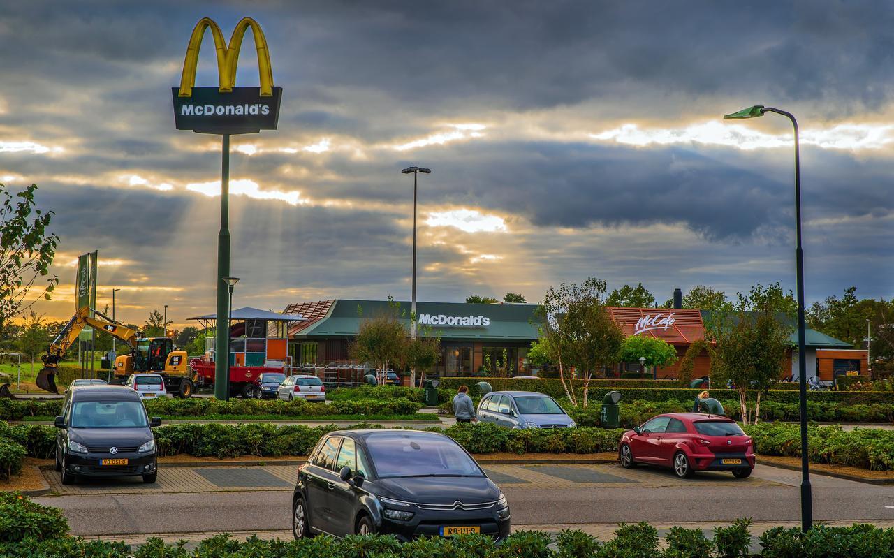 De franchisenemer van McDonald's vindt de mast nu niet zichtbaar genoeg vanaf de snelweg.