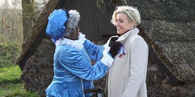Jenny Douwes krijgt door de Harkemaster 'Beppe Pytsje' een lintje opgespeld vanwege haar actie. FOTO YPKJE WEDMAN