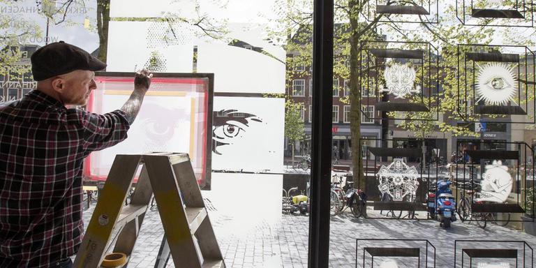 Wytse Sterk aan het werk in de etalage van spijkerbroekenwinkel Men At Work. FOTO HOGE NOORDEN/JAAP SCHAAF