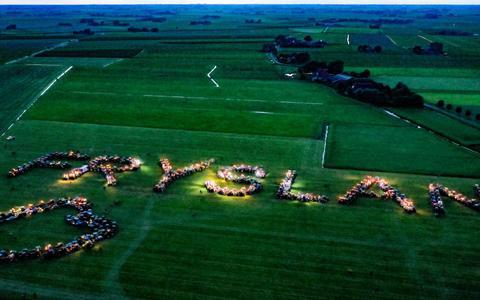 Boeren geven lichtshow bij Scharnegoutum