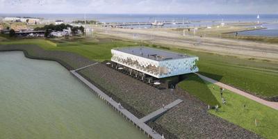 Het plan van Dijkstra Draisma en GEAR architectenbureau won de aanbesteding van Beleefcentrum De Nieuwe Afsluitdijk in Kornwerderzand. Het ontwerp is geïnspireerd op het breken van golven op de dijk. FOTO TRAZAR