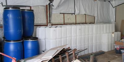 Drugslab in Oudebildtzijl waar onder meer 4000 liter zoutzuur werd aangetroffen.