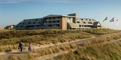 Hotel Paal 8 in West aan Zee. De vlaggen wapperen, maar de exploitatie schuurt. FOTO ANNE ZORGDRAGER