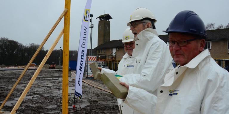 Kees Velstra, Peter Dongelmans en Jan van der Bij (vlnr) leggen de eerste steen van Toutenburg. FOTO LC