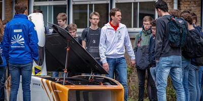 Willem Jelle Bellinga (midden) vertelt scholieren over de auto die rijdt op zonne-energie. FOTO NIELS DE VRIES
