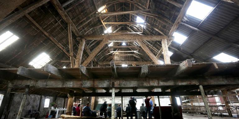 De presentatie was in de oude stal van de boerderij die de centrale ruimte van het klooster wordt. FOTO CATRINUS VAN DER VEEN